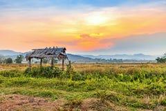 Bello tramonto al campo asciutto di agricoltura della campagna Fotografie Stock