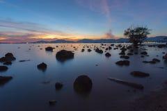 Bello tramonto al cielo, alle pietre della siluetta ed agli alberi crepuscolari a Khao Khad, Phuket, Tailandia fotografia stock libera da diritti
