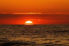 Bello tramonto al mare immagine stock libera da diritti