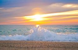 Bello tramonto al mare ionico immagini stock