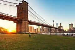 Bello tramonto al ponte di Brooklyn fotografie stock libere da diritti