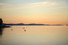 Bello tramonto alla costa di mare Fotografia Stock