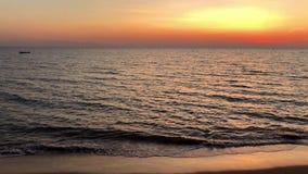 Bello tramonto alla spiaggia stock footage