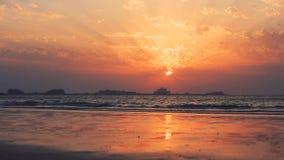 Bello tramonto alla spiaggia, colori stupefacenti, raggio luminoso che splende attraverso il cloudscape sopra la vista sul mare a archivi video