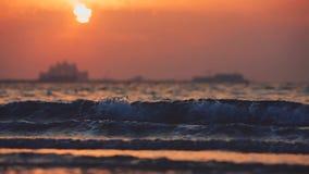 Bello tramonto alla spiaggia, colori stupefacenti, raggio luminoso che splende attraverso il cloudscape sopra la vista sul mare a video d archivio