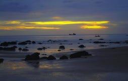 Bello tramonto alla spiaggia tropicale Immagine Stock