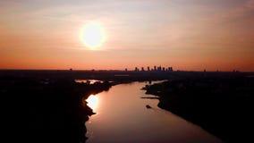 Bello tramonto alla transizione di notte sopra la città dell'orizzonte del centro di Varsavia Sopra il Vistola Fuco che vola su video d archivio