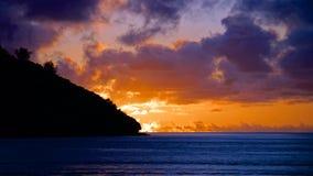 Bello tramonto arancio nella laguna pacifica dell'oceano, Figi Fotografie Stock Libere da Diritti