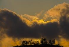 Bello tramonto ardente nelle nuvole Paesaggio di sera immagini stock libere da diritti