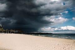 Bello tramonto, cielo nero, cielo blu, tramonto sulla spiaggia vicino all'oceano, spiaggia Fotografia Stock