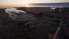Bello tramonto con i colori rossi - acqua che spting entrando nel Tuja marino, Lettonia - 13 aprile 2019 video d archivio