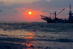 Bello tramonto con il peschereccio fotografia stock
