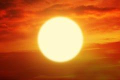 Bello tramonto con il sole dorato ed il cielo arancio Fotografia Stock Libera da Diritti