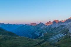 Bello tramonto con incandescenza alpina nelle alpi di Lechtal, Austria Immagine Stock
