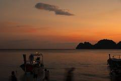 Bello tramonto con la barca Immagini Stock Libere da Diritti