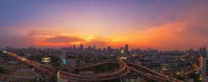 Bello tramonto con la città di Bangkok del traffico stradale Fotografia Stock