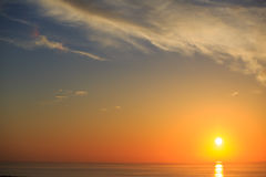 Bello tramonto con la riflessione sul mare Fotografia Stock Libera da Diritti
