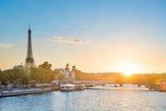 Bello tramonto con la torre Eiffel fotografia stock libera da diritti
