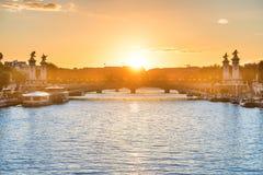 Bello tramonto con la torre Eiffel immagini stock