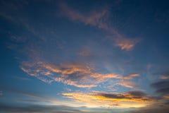 Bello tramonto con le nuvole drammatiche ed il cielo scuro Fotografie Stock Libere da Diritti
