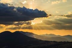 Bello tramonto con le nuvole ed il cielo giallo Immagini Stock Libere da Diritti