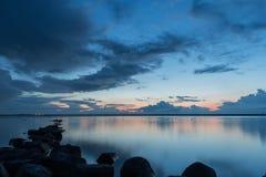 Bello tramonto con roccia nella priorità alta, Ijselmeer Olanda Fotografia Stock Libera da Diritti
