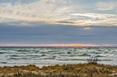 Bello tramonto con Whitecaps sul lago Michigan Fotografia Stock