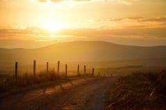 Bello tramonto in Connemara Strada scenica che conduce verso le montagne magnifiche, contea Galway, Irlanda della campagna Immagini Stock Libere da Diritti