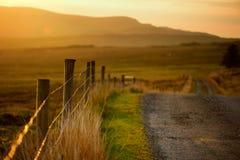 Bello tramonto in Connemara Strada scenica che conduce verso le montagne magnifiche, contea Galway, Irlanda della campagna Fotografia Stock Libera da Diritti