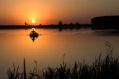 Bello tramonto dal fiume con un pescatore Fotografia Stock Libera da Diritti