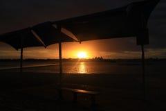 Bello tramonto dalla recinzione artificiale di nuoto Immagine Stock