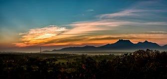 Bello tramonto del cielo con luce arancio sopra la natura variopinta fuori Immagine Stock Libera da Diritti