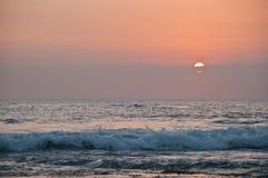 Bello tramonto del grande cerchio sul mare di Bali nella sera fotografia stock