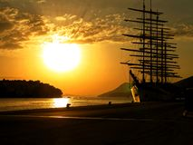 Bello tramonto del mare con la vecchia nave fotografia stock