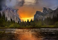 Bello tramonto del paesaggio della montagna, nuvole di tempesta drammatiche fotografia stock libera da diritti