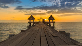 Bello tramonto del ponte di legno e del padiglione Fotografia Stock
