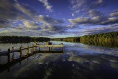 Bello tramonto del sud che riflette su un lago calmo Fotografia Stock Libera da Diritti