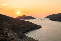 Bello tramonto dell'isola di Kythnos della baia del doppio di Kolona, Cicladi, Grecia immagine stock