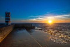 Bello tramonto dell'oceano al pilastro di pietra in tempo calmo nave Fotografia Stock