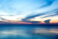 Bello tramonto di alba sopra l'oceano nell'alto contrasto Immagini Stock Libere da Diritti
