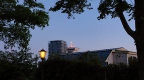Bello tramonto di Amsterdam Vecchie case olandesi tipiche sul ponte e sui canali in primavera immagini stock libere da diritti