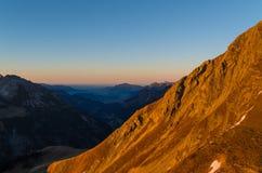Bello tramonto di autunno nelle montagne vicino ad Oberstdorf, Allgau, Germania Immagini Stock