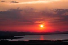 Bello tramonto di estate sopra il lago Immagini Stock