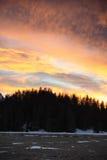Bello tramonto di inverno con le montagne arancio e la foresta delle alpi del cielo e della neve della nuvola nella regione di En Fotografia Stock Libera da Diritti