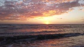 Bello tramonto di inverno in mare con le onde di spuma e di schiuma stock footage