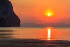 Bello tramonto di Pak Meng Beach Trang Thailand fotografia stock libera da diritti