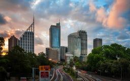 Bello tramonto dietro Sydney Skyline Immagine Stock