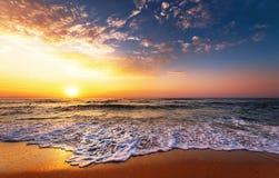 Bello tramonto dorato sopra la spiaggia fotografia stock libera da diritti