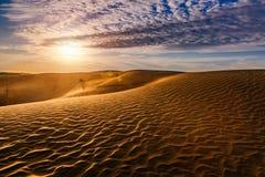 Bello tramonto in dune di sabbia sopra il deserto fotografia stock libera da diritti
