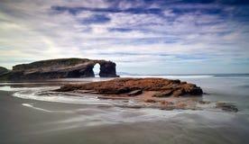 Bello tramonto e arché di pietra su Playa de las Catedrales, Spagna Immagine Stock Libera da Diritti